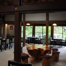 三峯神社の境内にあるアンティークなカフェ、元はお寺の本堂!